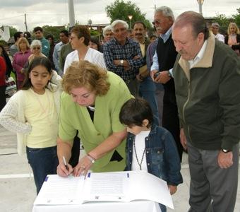 Representantes vecinales firmaron además un compromiso para cuidar la plaza en conjunto con el Municipio
