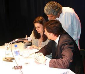 La licenciada Vessvessián y el intendente Posse sucribiendo el convenio