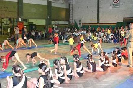 San Isidro: Se realizó la gala de gimnasia artística infantil.