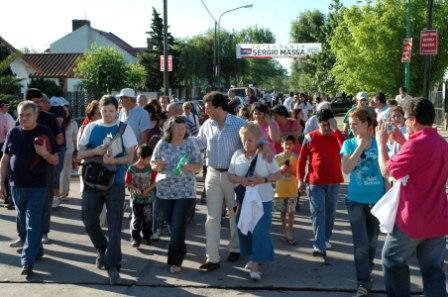 Massa continua con su maratónica caminata por los barrios de Tigre