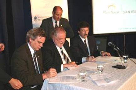 El intendente Posse, con los ministros Gonazález García y Mate firmando el convenio