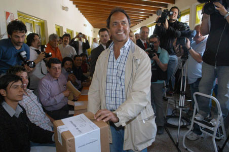 Scioli voto en la escuela primaria N 16, ubicada en la calle 9 de julio, en el partido de Tigre