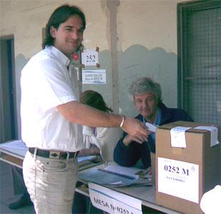 Sebastián Galmarini votó en Beccar acompañado de su papá, el Pato