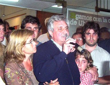Foto Archivo: Ernesto Casaretto y su familia tas la derrote electoral en Octubre del año pasado.