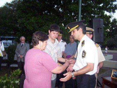 Los familiares reciben un recuerdo por parte la las autoridades