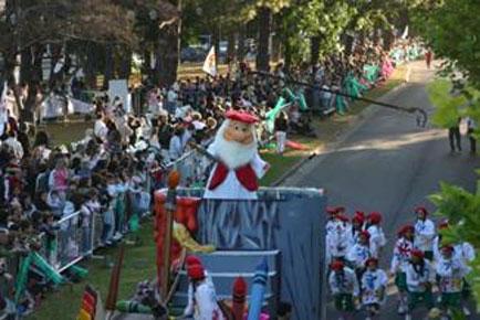 La magia de la navidad desfiló en San Isidro
