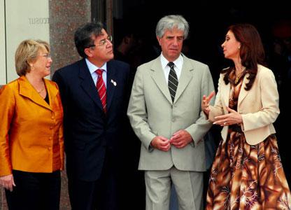 Los presidentes de de Chile, Michelle Bachelet, de Parguay Nicanor Duarte Frutos de Uruguay, Tabaré Vazquez, de Argentina, Cristina Fernandez de Kirchner dialogan durante la XXXIV Cumbre de Jefes de Estado del bloque regional