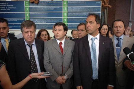El gobernador de la provincia de Buenos Aires, Daniel Scioli junto al ministro de Seguridad, Carlos Stornelli y el ministro de Desarrollo Social, Daniel Arroyo frente al minsterio que fue tomado ayer por piqueteros