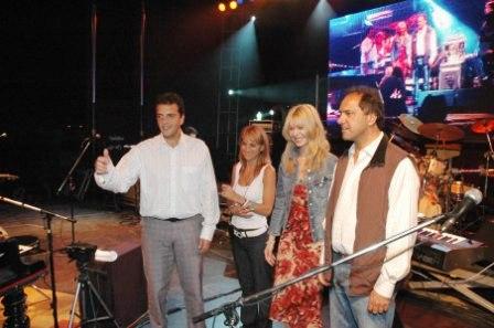 El Intendete Massa y su esposa junto Al Gobernador Scioli y su esposa saludan al público previo al recital de Lerner
