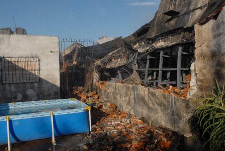 El fuego consume una fabrica de plásticos en Martínez