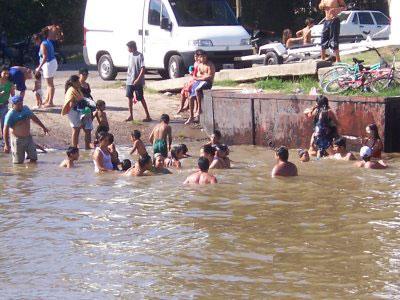 Muchos jóvenes se bañaron en zonas prohibidas por su paligrosidad en la costa de Tigre sin que nadie controlara la situación