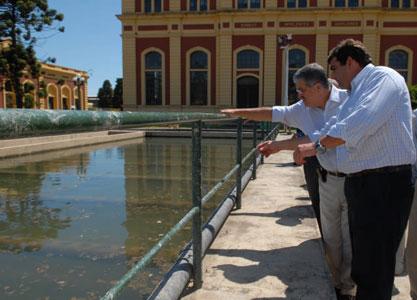 El ministro de Planificación, Julio De Vido, dialoga con Director de Desarrollo Tecnológico, Alejandro Barrio, en el sector decantadores de la planta potabilizadora San Martín de la empresa Aysa
