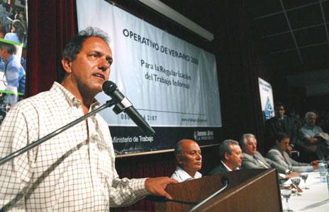 El gobernador bonaerense, Daniel Scioli, al poner en marcha en Necochea el operativo de Verano 2008 para la Regularización del Trabajo Informal.