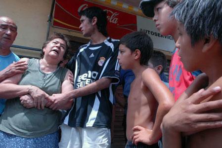 Los abuelos del chico de 16 años lloran desconsolados al enterarse que un almacenero asesinó de un balazo en el pecho a su nieto que había entrado a comprar un jugo en su local de Don Torcuato