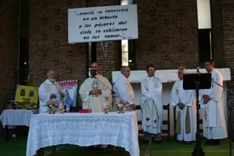 El padre Varano oficiando la misa