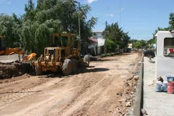 Dos vistas de los trabajos de repavimentación del tramo de Uruguay entre Reclus y Tejedor