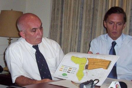 El Secretario de Gobierno, Eduardo Cergnul junto al Secretario de Inversión Pública Urbanismo y Gestión Ambiental, Antonio Grandoni detallaron los alcances del Decreto