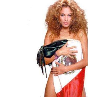 Paulina Rubio, multada por posar semidesnuda con la bandera mexicana