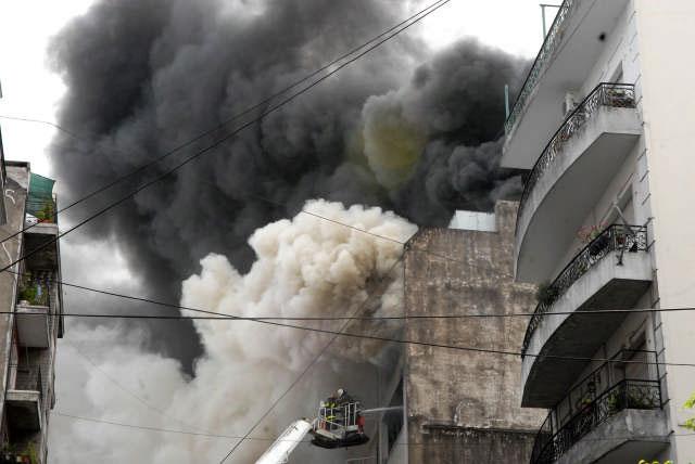 Doce dotaciones de bomberos combaten el incendio en Once