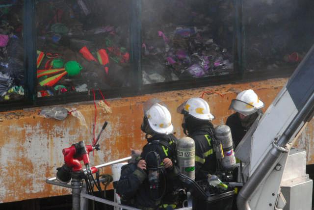 Un bombero herido y 50 afectados por el humo del incendio en Once