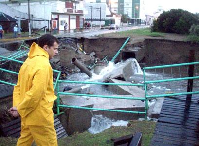 El intendente del Partido de la Costa, Juan Pablo de Jesús, recorre la localidad de Santa Teresita, que sufrió graves destrozos