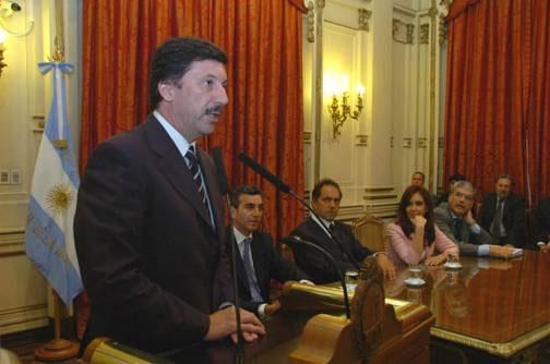 El intendente municipal, Dr. Gustavo Posse, suscribió con la primera mandataria el acuerdo respectivo y habló en representación de los jefes comunales presentes
