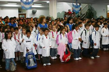 Ocho millones de alumnos vuelven a clases en 17 distritos