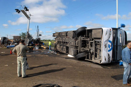 El gobernador bonaerense, Daniel Scioli, calificó de tremenda la irresponsabilidad del chofer del micro de la empresa El Rápido Argentino