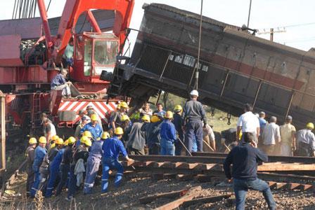 Con maquinaria pesada se comenzó hoy la remoción de la locomotora de la formacion que ayer embistio un micro en la localidad de Dolores