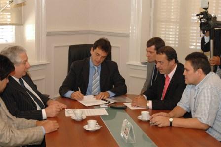 El Intendente de Tigre, Sergio Massa, anunció junto al Ministro de Trabajo de la Provincia de Buenos Aires, Dr. Oscar Cuartango, y el Secretario General del Sindicato de Trabajadores municipales de Tigre, Omar Cabral, la implementación de las paritarias municipales