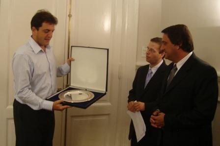 Los representantes de la Comisión Directiva hicieron entrega al Intendente de una plaqueta augurándole éxito en la gestión.