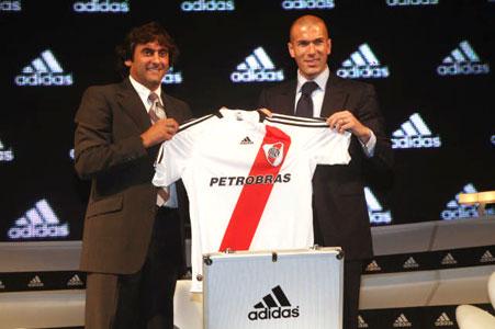 Zidane y Francescoli presentaron la nueva camiseta de River