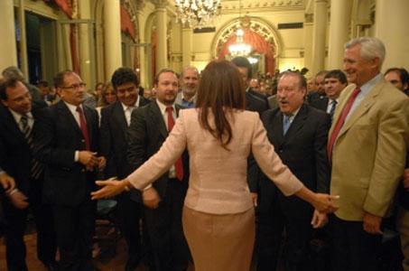La Dra. Fernández de Kirchner saludando a los jefes comunales que participaron de la ceremonia. Gustavo Posse –semitadapado por la jefa del Estado-, Osvaldo Amieiro, Ricardo Ivoskus y Darío Giustozzi
