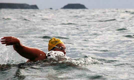 La nadadora argentina María Inés Mato, de 43 años, cruzó a nado el estrecho de San Carlos y unió las Islas Malvinas