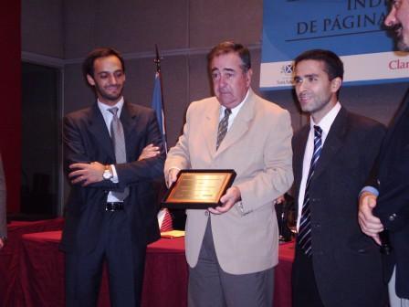 El Licenciado Alberto Esteban recibe el premio