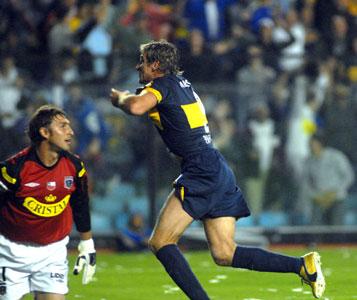 Martín Palermo corre a festejar el gol con el que Boca logró el empate transitorio ante Colo Colo de Chile