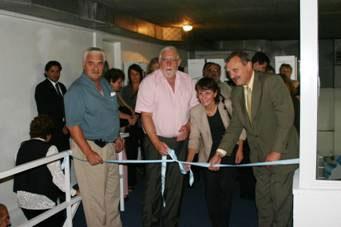 Momento del corte de cintas para dejar formalmente inaugurada las flamantes instalaciones de la Biblioteca Cooperativa