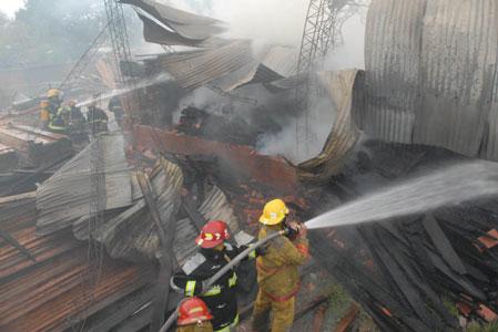 Un Incendio destruyo en forma total a un aserradero en Garín