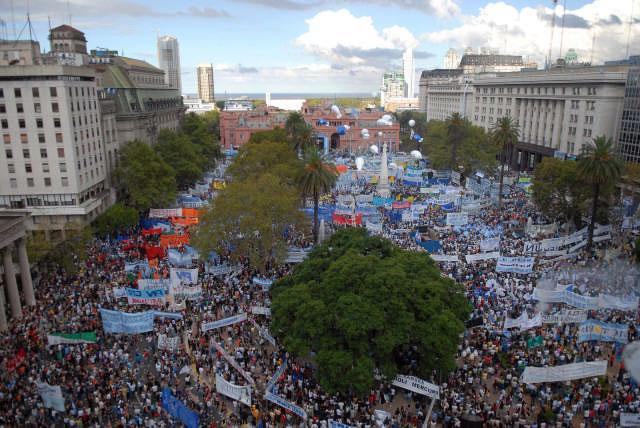 Ante una multitud que desbordó la Plaza de Mayo y sus avenidas y calles adyacentes, Cristina reiteró su pedido a los ruralistas