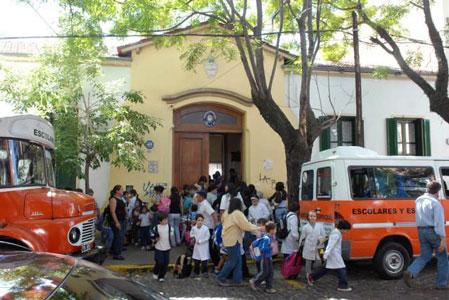 Frente de la escuela 1 Cosme Béccar, donde una alumna de 13 años fue agredida por dos compañeras a golpes de puño y patadas
