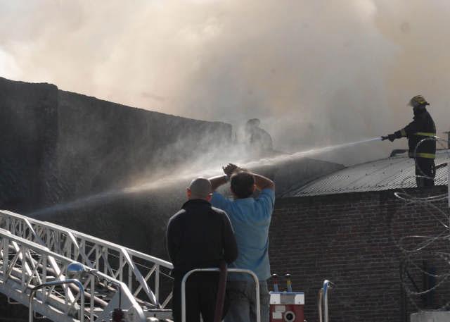 Un incendio afecta a una fabrica textil de Villa Martelli