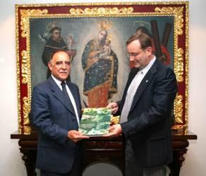 El lic. Gross haciendo entrega al alcalde de Quito del libro de los 300 años de San Isidro