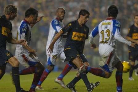 Juan Roman Riquelme convierte el tercer gol a a Unión Maracaibo de Venezuela por la última fecha del grupo 3 de la Copa Libertadores de América.