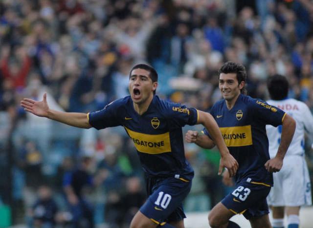 Juan Román Riquelme festeja su gol