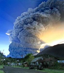 Espectacular imagen del volcan Chaitén, despidiendo una inmensa columna de cenizas volcanicas