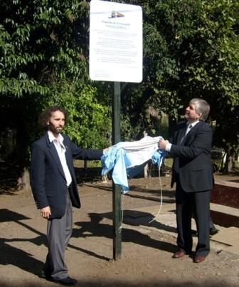 El Dr. Mauricio Bianchi y el Lic. Diego Santillán descubrieron la referencia histórica en la estación de ferrocarril el día del 132º Aniversario del paso del primer tren