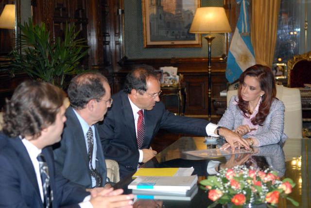 La firma tuvo lugar en el despacho de la presidenta Cristina Fernández de Kirchner y se celebró con la presencia del gobernador Daniel Scioli; el secretario de Legal y Técnica, Carlos Zannini, y el secretario de Hacienda, Juan Carlos Pezoa, además de funcionarios del Banco Mundial.
