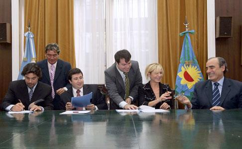 Firman acuerdo para insertar a jóvenes en el mercado laboral