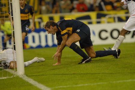Martín Palermo acaba del convertir el gol del empate y sale a festejar, en el cotejo frente al Atlas