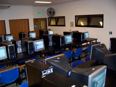 Flamante aula de informática del Centro Universitario de San Fernando